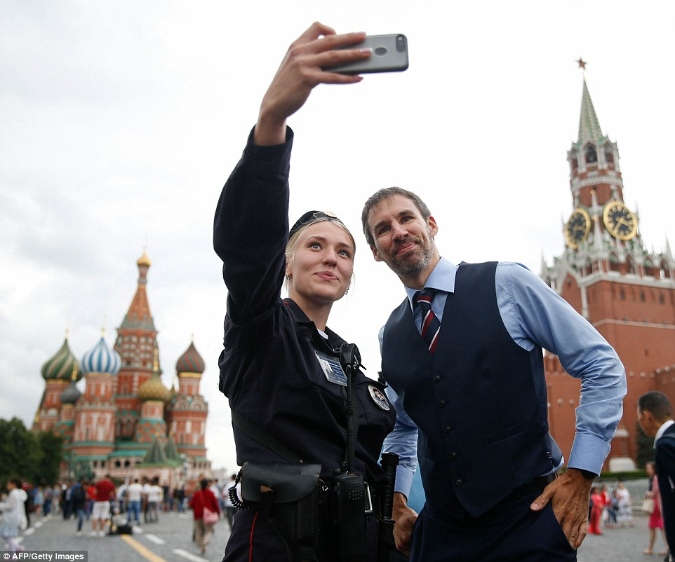 4E15B11800000578-5942173-A_Russian_police_officer_poses_with_a_Gareth_Southgate_lookalike-a-54_1531319518788.jpg