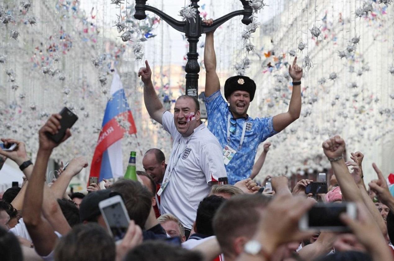 Это красный, белый и синий! Вторжение Англии: 10 000 фанатов наводнили Москву