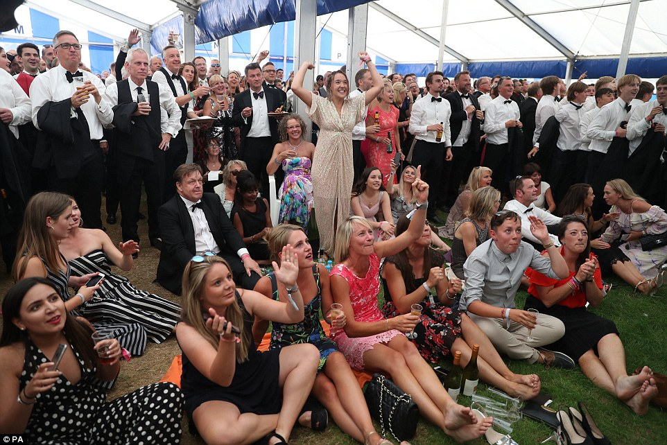 4E22070600000578-5943185-Attendees_at_the_Henley_Royal_Regatta_take_a_break_to_take_in_th-a-196_1531334604709.jpg