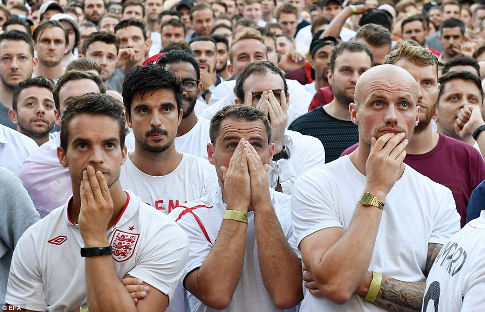 4E22A0D200000578-5943185-England_fans_watch_the_FIFA_World_Cup_semi_final_between_England-a-16_1531339667325.jpg