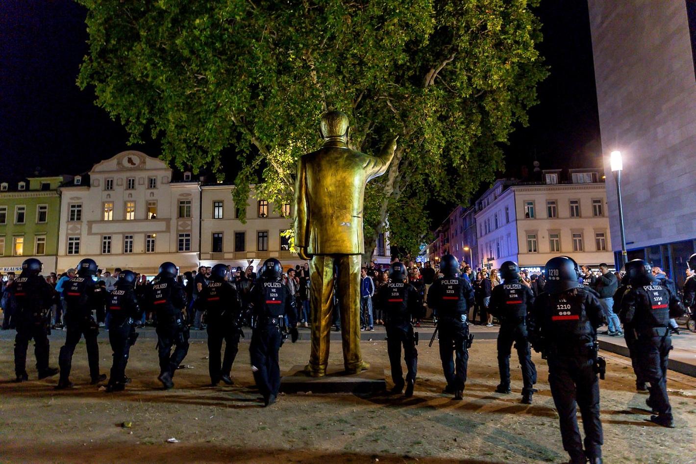 goldener-erdogan-wiesbaden-polizei (1).jpg
