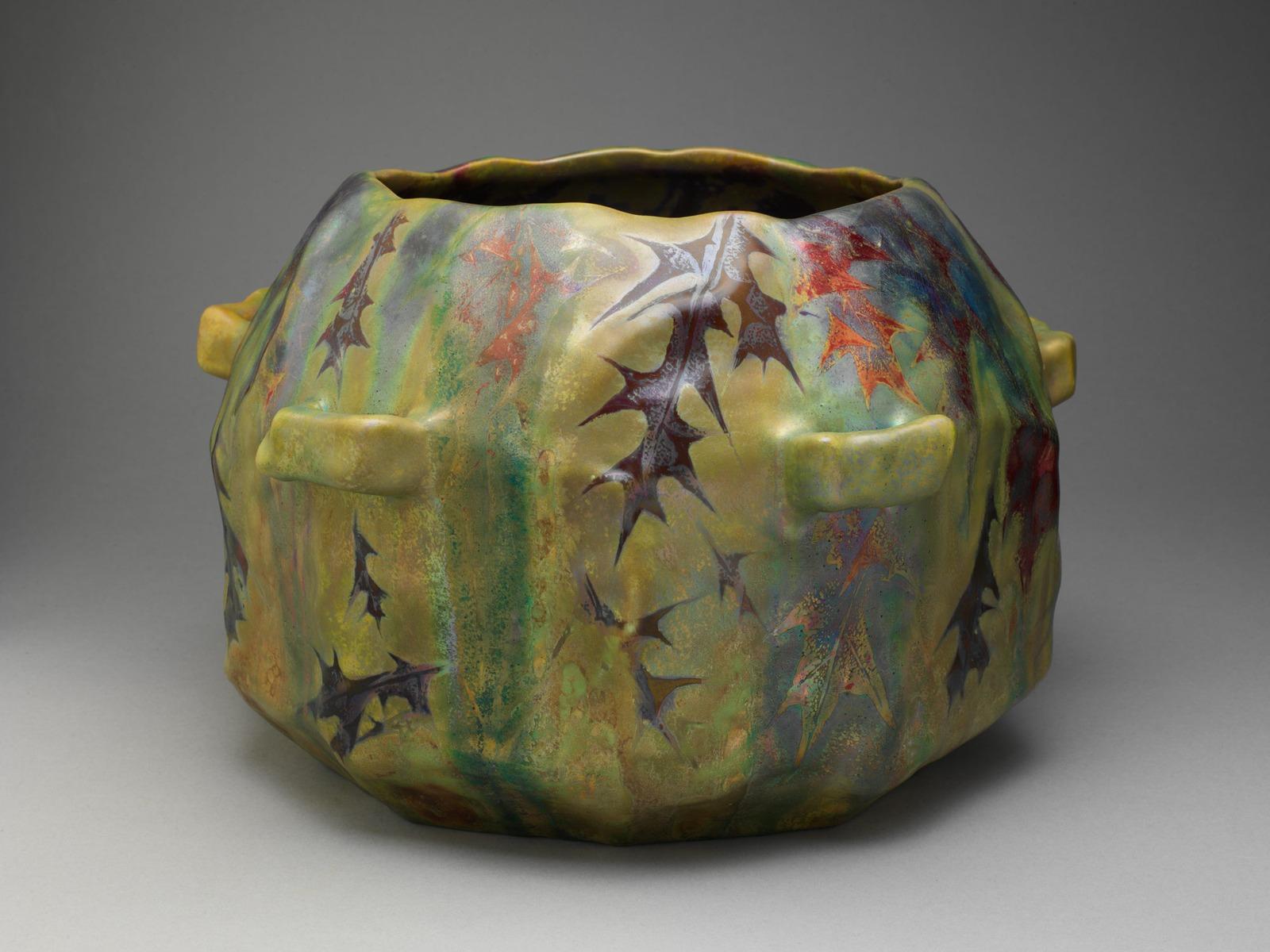 Жардиньерка (Jardiniere)_24.1 х 35.6_керамика с металлической глазурью_Нью-Йорк, Музей Метрополитен.jpg