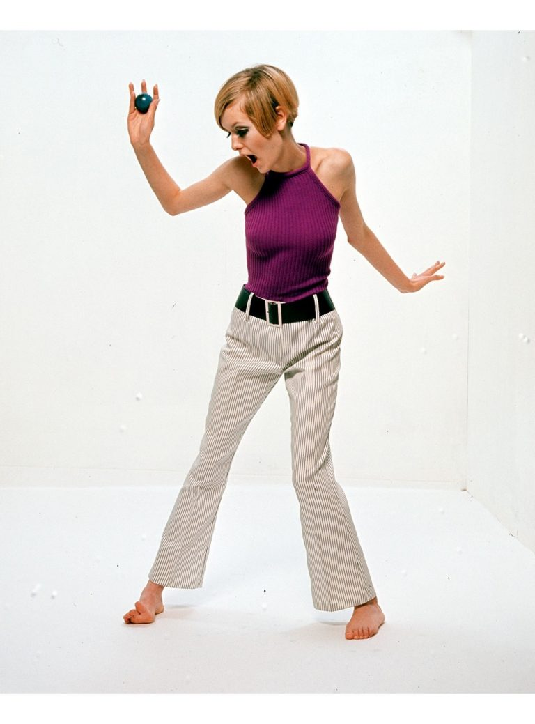 Twiggy-1966-Paul-Popper-Purple-halter-neck-768x1039.jpg