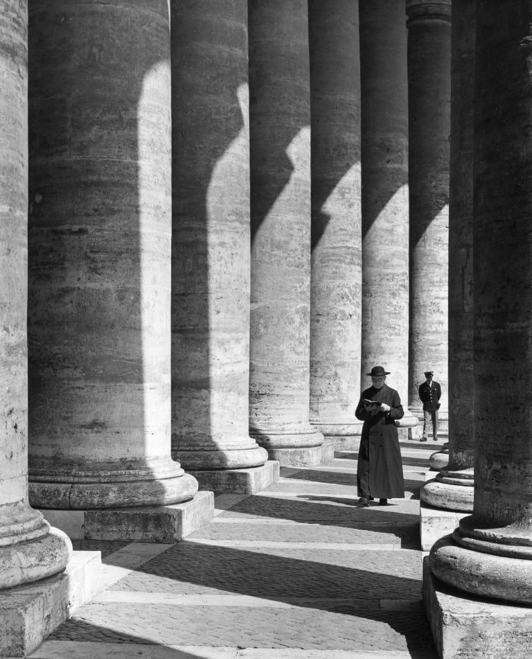 The-colonnade-St-Peter's-Square-1960-rome-768x951.jpg
