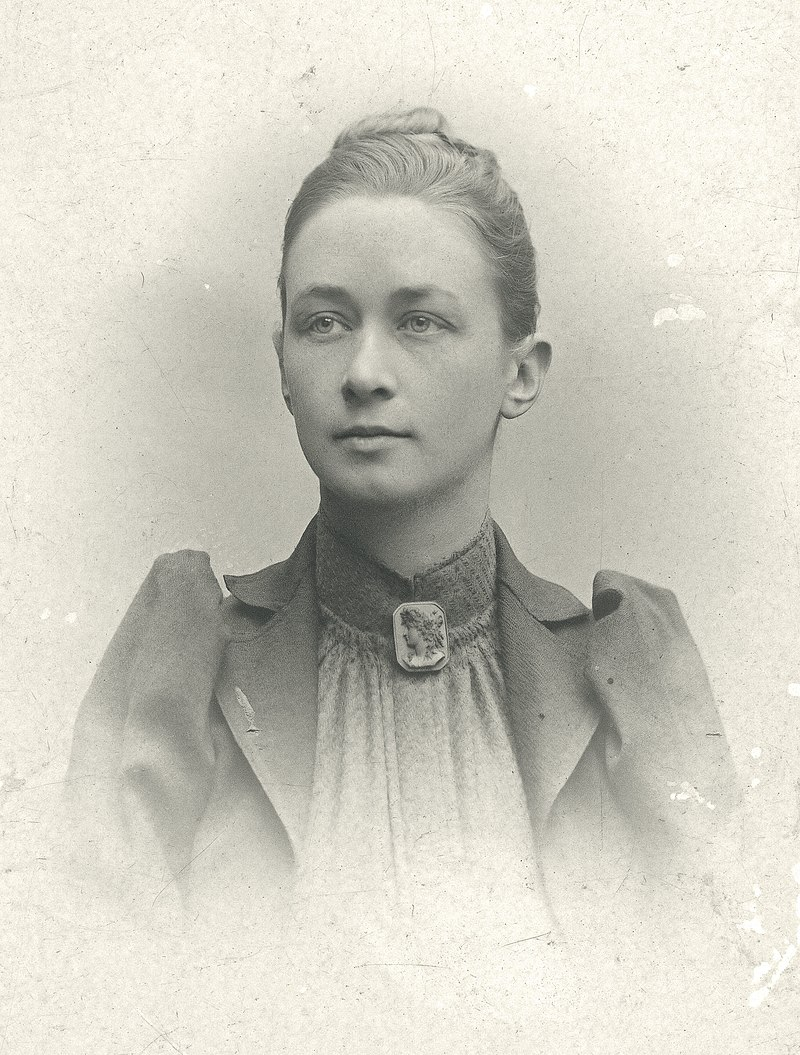 800px-Hilma_af_Klint,_portrait_photograph_published_in_1901.jpg