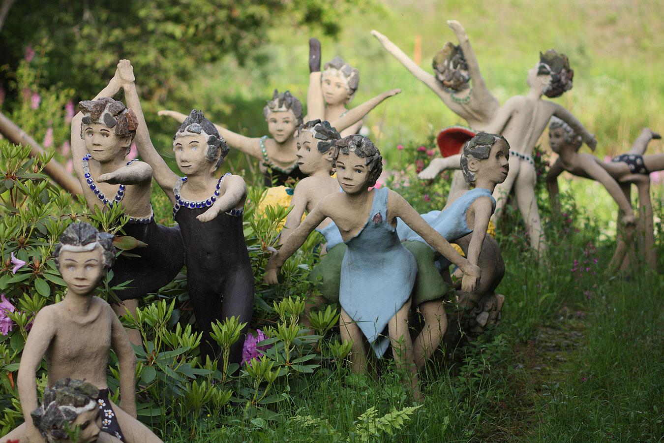 Парк мистических скульптур рядом с черничным лесом