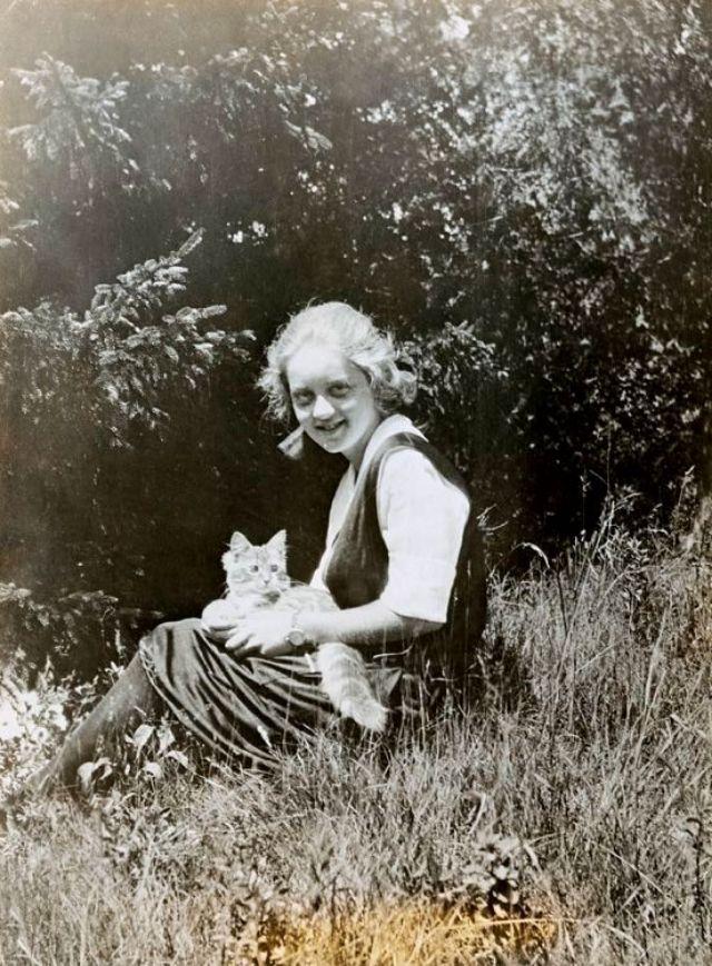 An early photo of Bette Davis when she was 14, 1922. Photo from Bettmann Archive.jpg