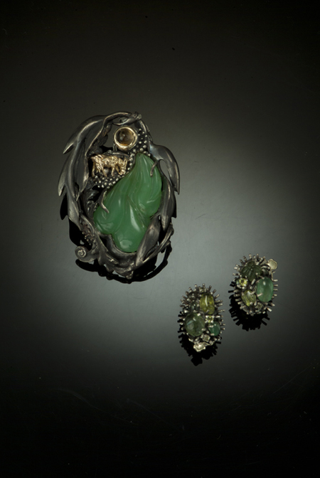 Breadfruit-and-Goats.jcarved-jade-ssperidots-18kt