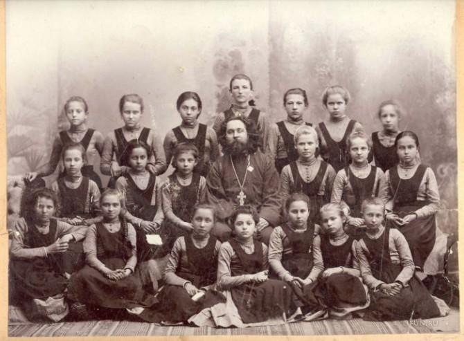 platja-devushek-gimnazistok-stoletnej-davnosti_4493_s__18