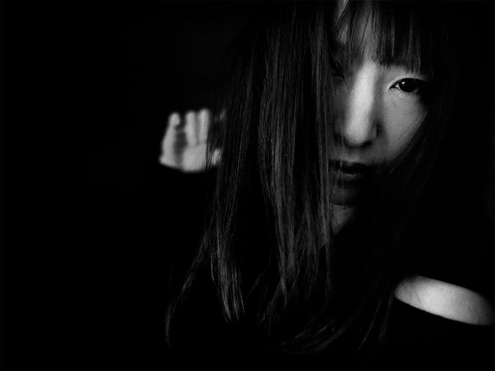 1576065329_6_Photographer-Tatsuo-Suzuki-Captures-Fascinating-Black-And-White-Images-Of.jpg