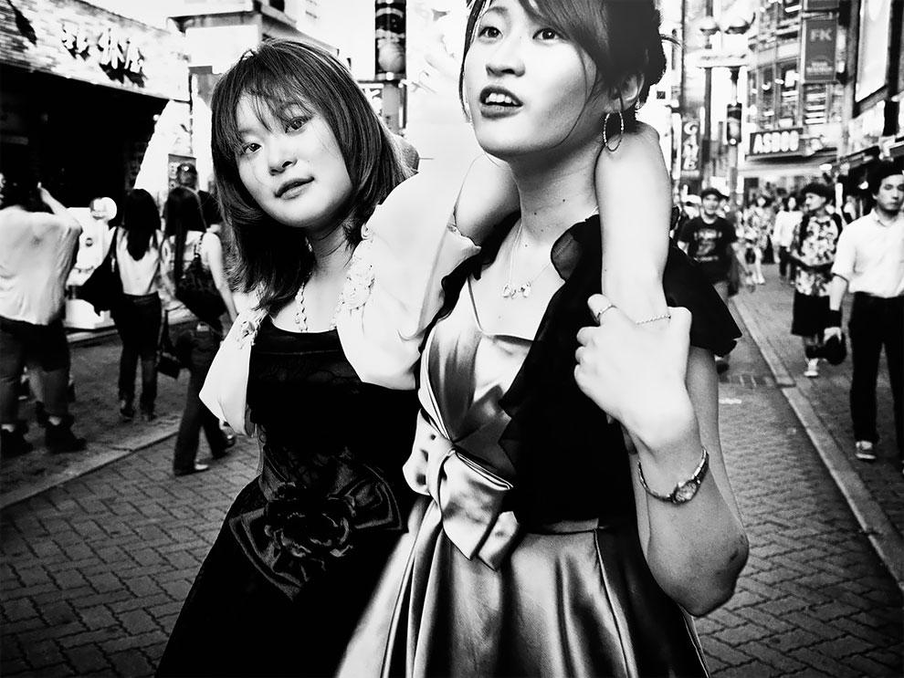 1576065329_170_Photographer-Tatsuo-Suzuki-Captures-Fascinating-Black-And-White-Images-Of.jpg