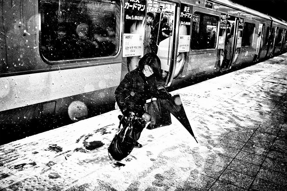 1576065330_164_Photographer-Tatsuo-Suzuki-Captures-Fascinating-Black-And-White-Images-Of.jpg