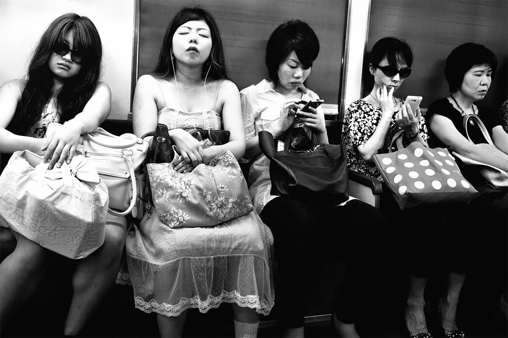 1576065330_520_Photographer-Tatsuo-Suzuki-Captures-Fascinating-Black-And-White-Images-Of.jpg
