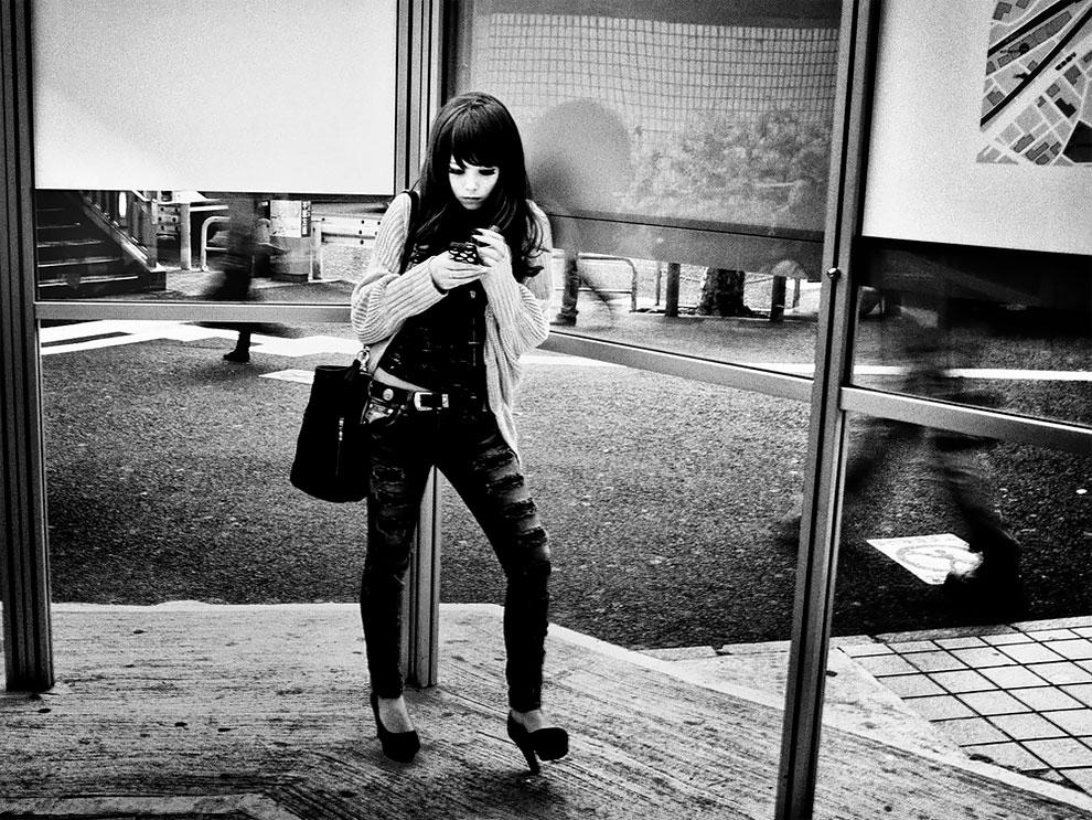 1576065330_646_Photographer-Tatsuo-Suzuki-Captures-Fascinating-Black-And-White-Images-Of.jpg
