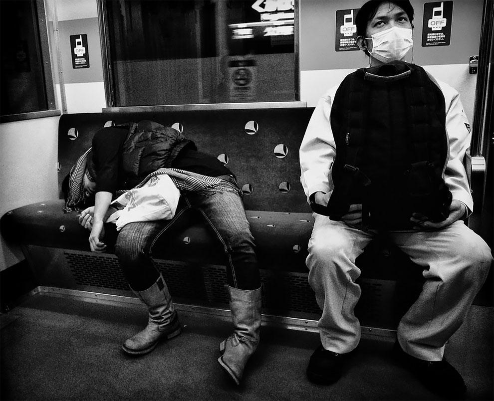 1576065331_64_Photographer-Tatsuo-Suzuki-Captures-Fascinating-Black-And-White-Images-Of.jpg