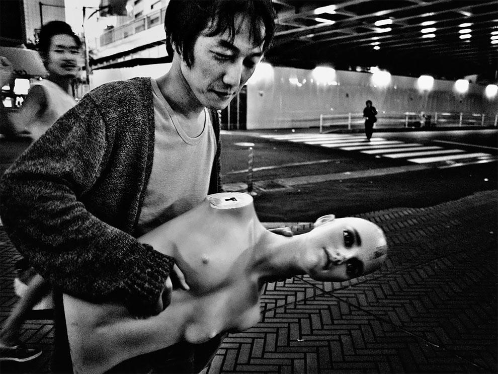 1576065331_836_Photographer-Tatsuo-Suzuki-Captures-Fascinating-Black-And-White-Images-Of.jpg