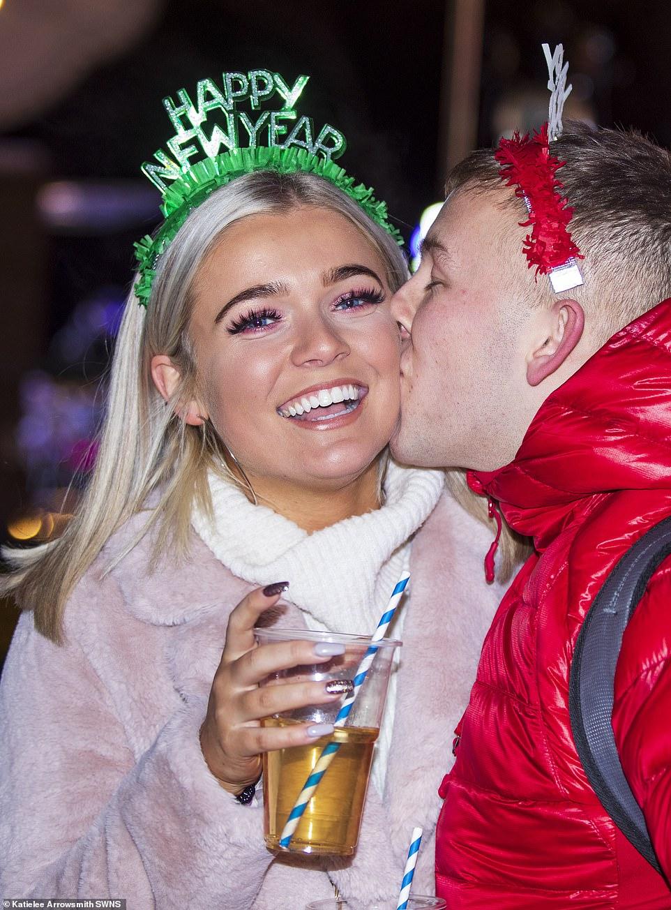 Очень бурный Новый год на улицах Британии 22854916-7841287-image-a-74_1577830675436.jpg