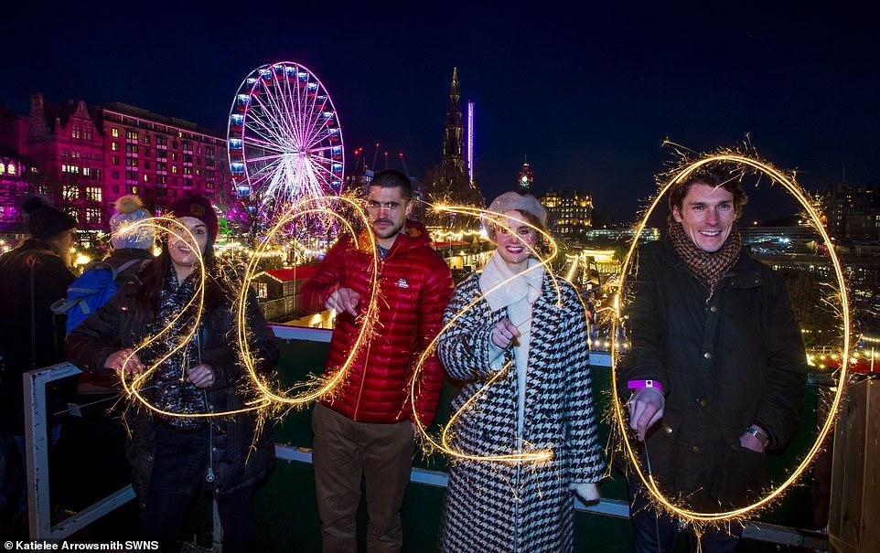 Очень бурный Новый год на улицах Британии 22857888-7841287-image-a-94_1577835006332.jpg