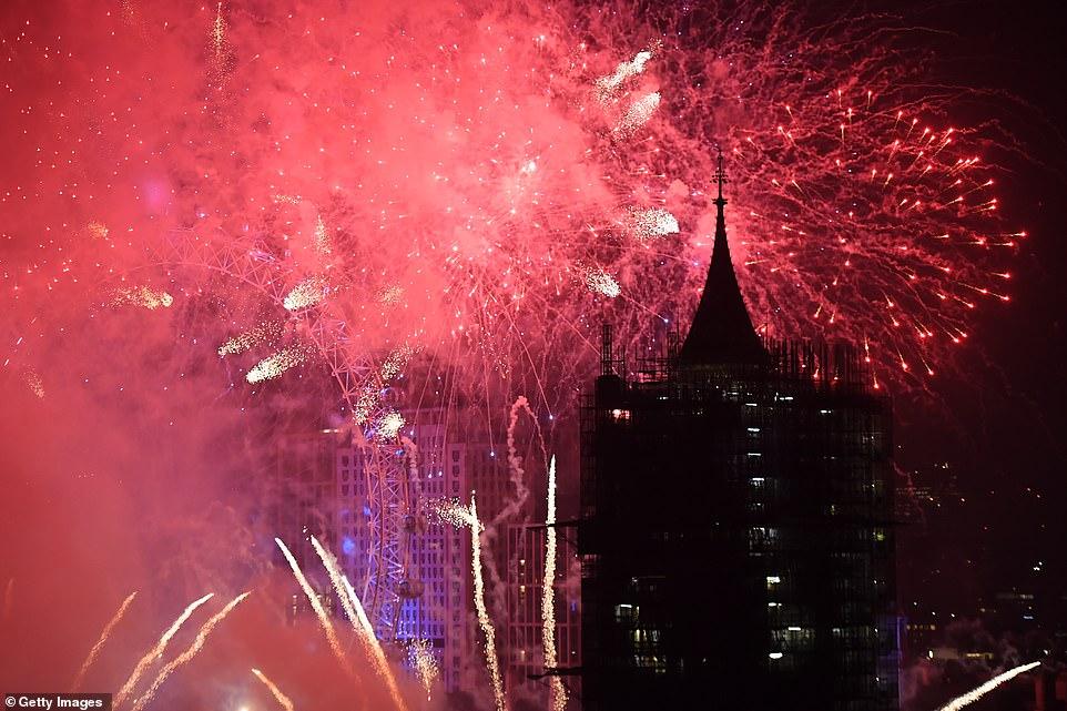Очень бурный Новый год на улицах Британии 22859478-7841287-image-a-198_1577838422687.jpg