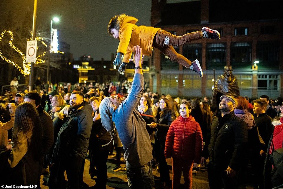 Очень бурный Новый год на улицах Британии 22859494-7841287-image-a-206_1577838670049.jpg