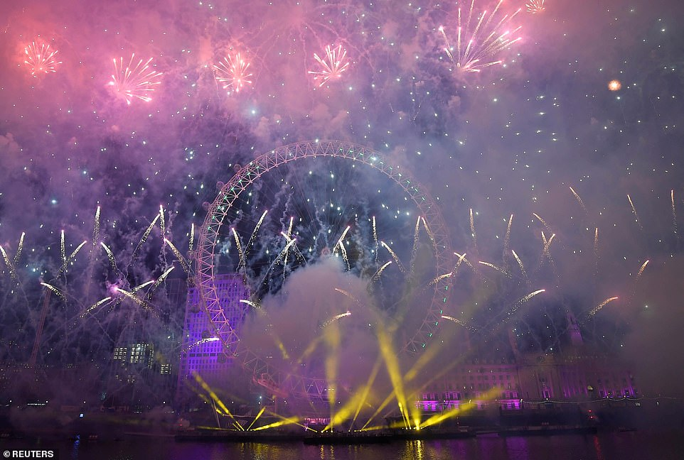 Очень бурный Новый год на улицах Британии 22860276-7841287-image-a-251_1577840475162.jpg