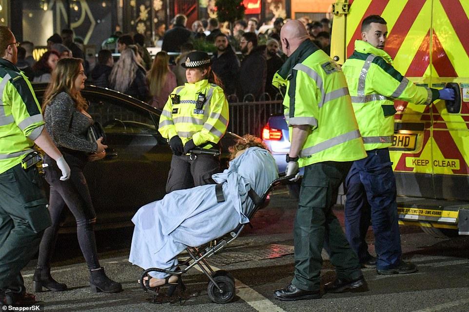 Очень бурный Новый год на улицах Британии 22866610-7842221-image-a-21_1577862957801.jpg
