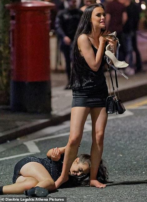 Очень бурный Новый год на улицах Британии 22867176-7842221-image-a-112_1577865484343.jpg