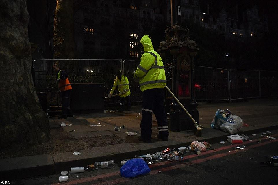 Очень бурный Новый год на улицах Британии 22867212-7842221-image-a-77_1577864375450.jpg