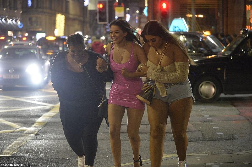Очень бурный Новый год на улицах Британии 22867974-7842221-image-a-111_1577865480994.jpg