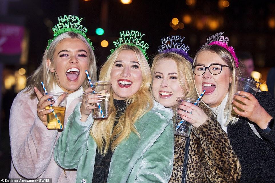Очень бурный Новый год на улицах Британии 22869348-7842221-image-a-2_1577868242121.jpg