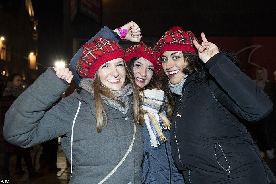 Очень бурный Новый год на улицах Британии 22869350-7842221-image-a-7_1577868340081.jpg