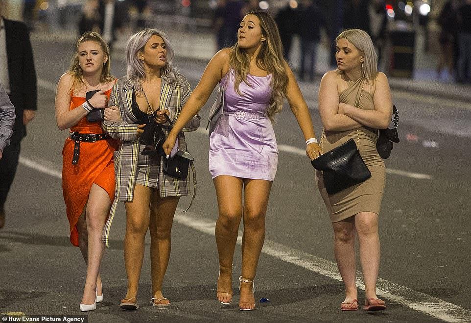 Очень бурный Новый год на улицах Британии 22870596-7842221-image-a-28_1577872248768.jpg