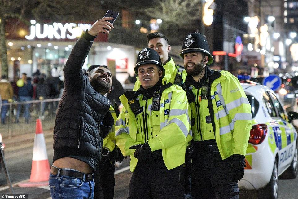 Очень бурный Новый год на улицах Британии 22871026-7842221-image-a-38_1577872820286.jpg