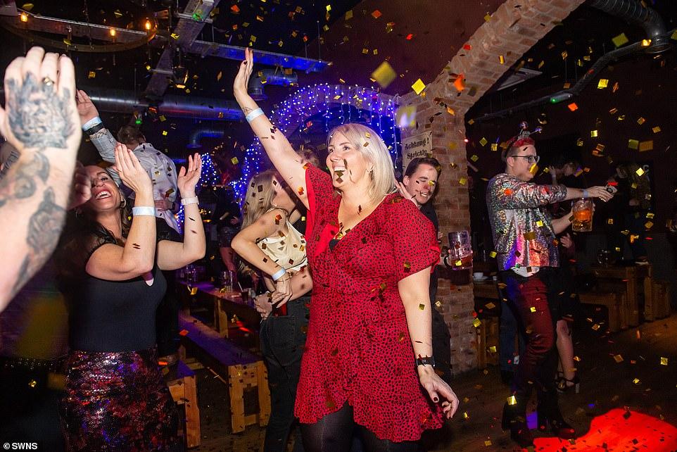 Очень бурный Новый год на улицах Британии 22871032-7842221-Celebrations_in_a_nightcub_on_Broad_Street_Birmingham_-a-41_1577873607331.jpg