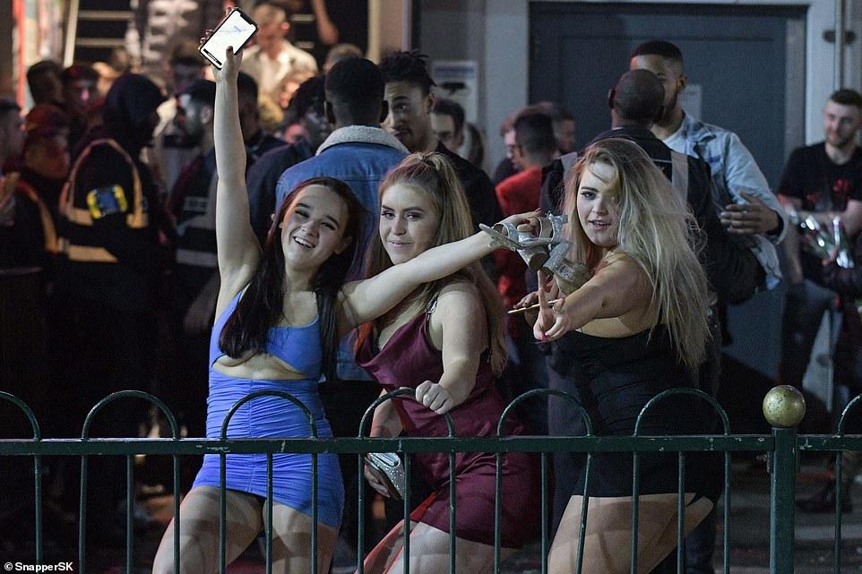 Очень бурный Новый год на улицах Британии 22872078-7842221-image-a-10_1577875720641.jpg