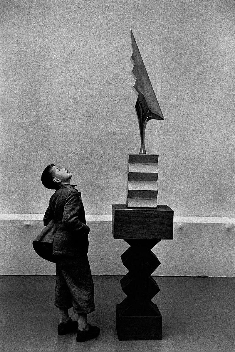 09-rené-burri-kunsthaus-museum.-sculpture-de-constantin-brancusi-soleil-saluant-le-coq, 1955 big.jpg