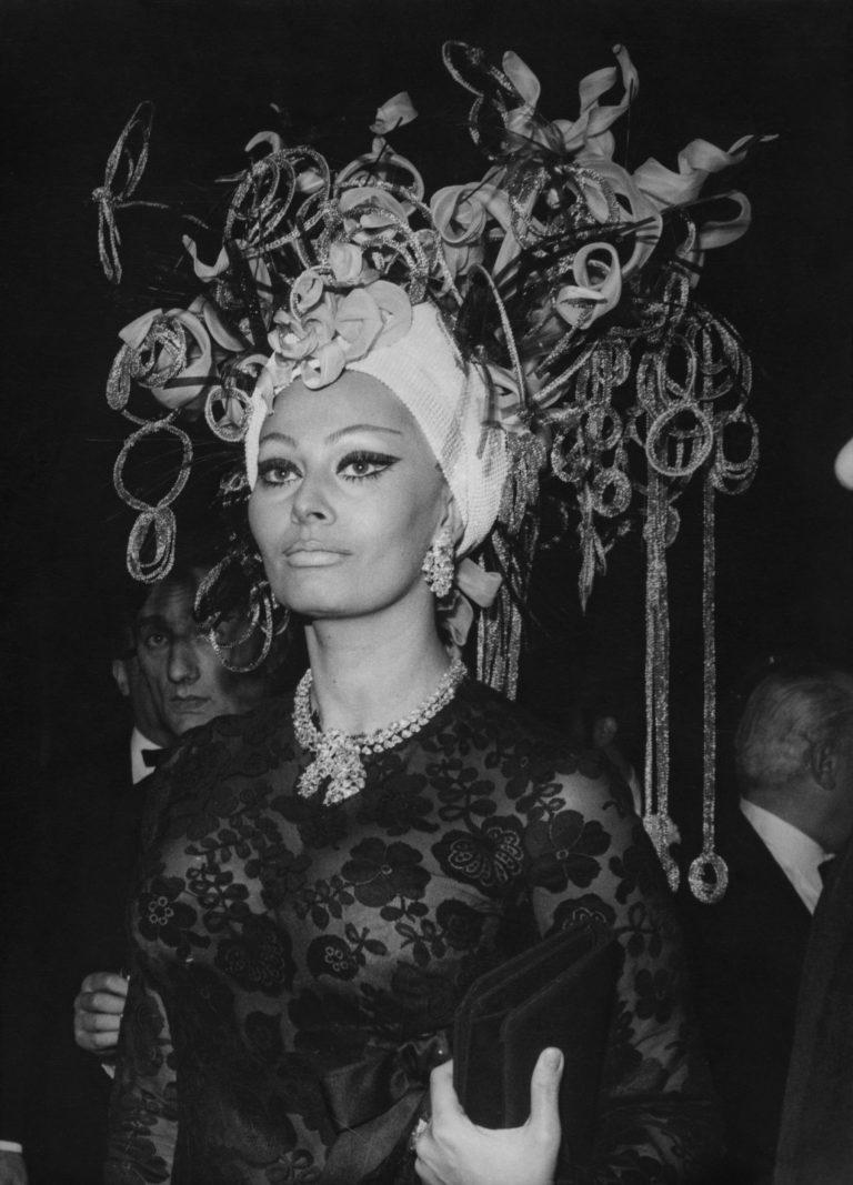 Сексуальная привлекательность — это 50% того, что у тебя есть, и 50%, что о Sophia-Loren-arrives-at-a-grand-ball-at-the-casino-in-Monto-Carlo-Monaco-wearing-an-elaborate-headdress-on-March-16-1969-768x1067.jpg