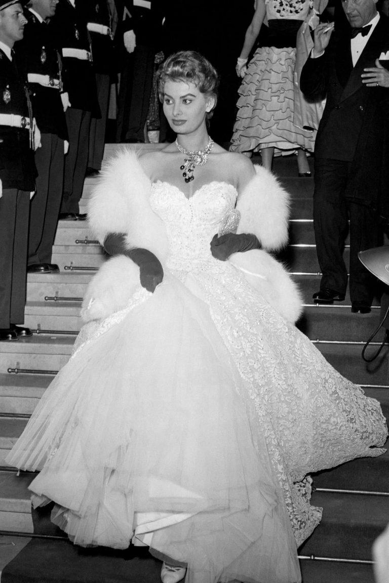 Сексуальная привлекательность — это 50% того, что у тебя есть, и 50%, что о Sophia-Loren-at-the-8th-Cannes-International-Film-Festival-in-May-of-1955-768x1152.jpg