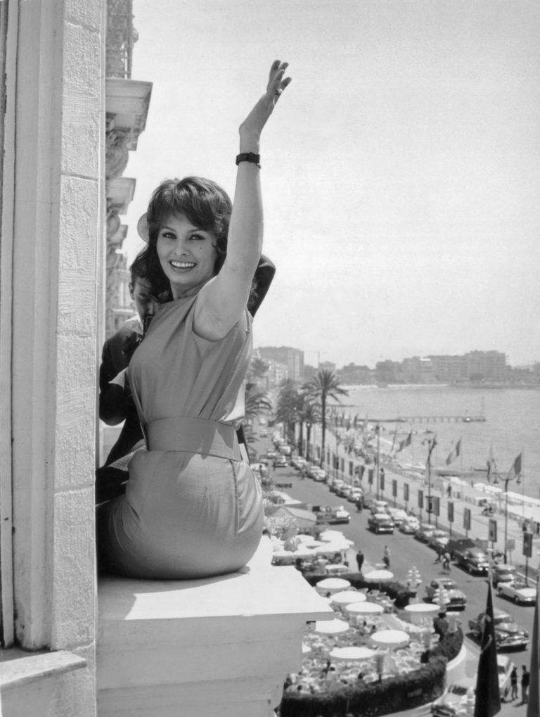 Sophia-loren-posing-outside-the-window-at-her-hotel-in-Cannes-while-promoting-the-Italian-film-Nella-Citta-LInferno-on-May-14-1959-768x1019.jpg