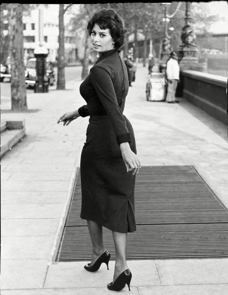 Сексуальная привлекательность — это 50% того, что у тебя есть, и 50%, что о Sophia-Loren-walking-down-the-Embankment-in-London-in-October-of-1957-768x993.jpg