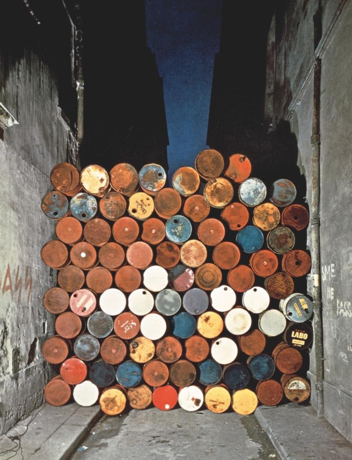 Christo-Mur-provisoire-de-tonneaux-metalliques-rue-Visconti-720x939.jpeg