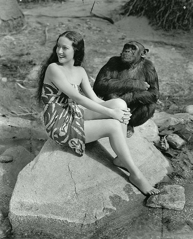 Актриса Дороти Ламур с шимпанзе Джиггзом (2).jpg