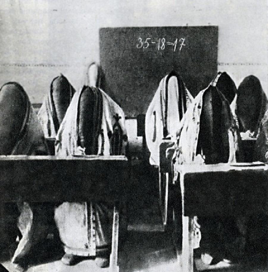 during-the-first-illiteracy-campaigns-in-tashkent-still-wearing-their-parandzhi-in-1921.jpg