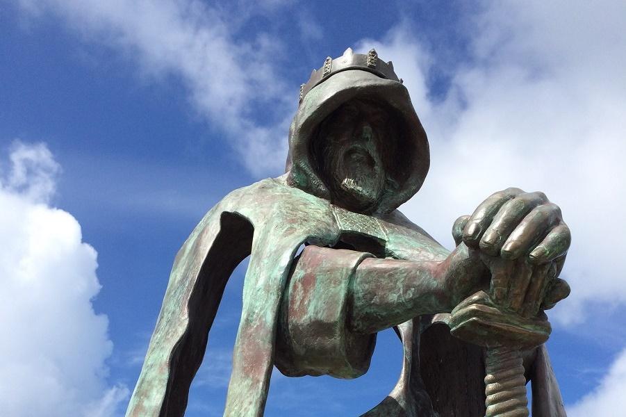 8-футовая статуя короля Артура на вершине скал Тинтагель (1).jpg