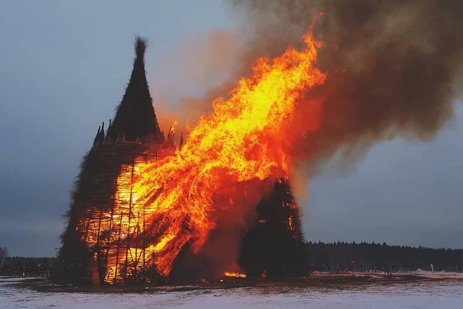 на Масленицу сожгли «Коронавирусный огрский замок» (2).jpg