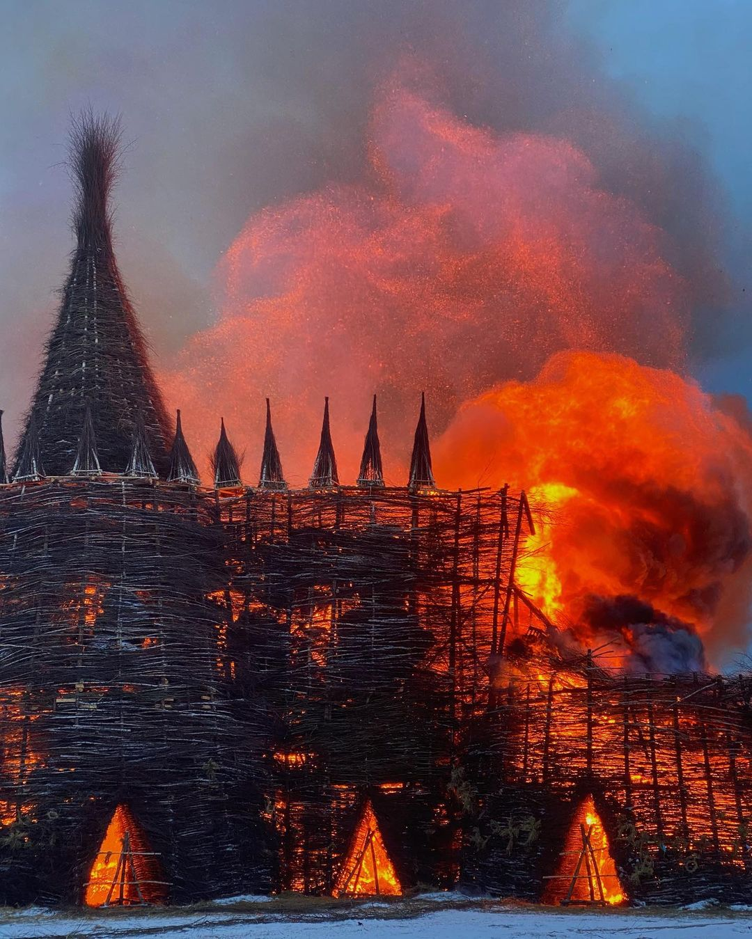 на Масленицу сожгли «Коронавирусный огрский замок» (3).jpg
