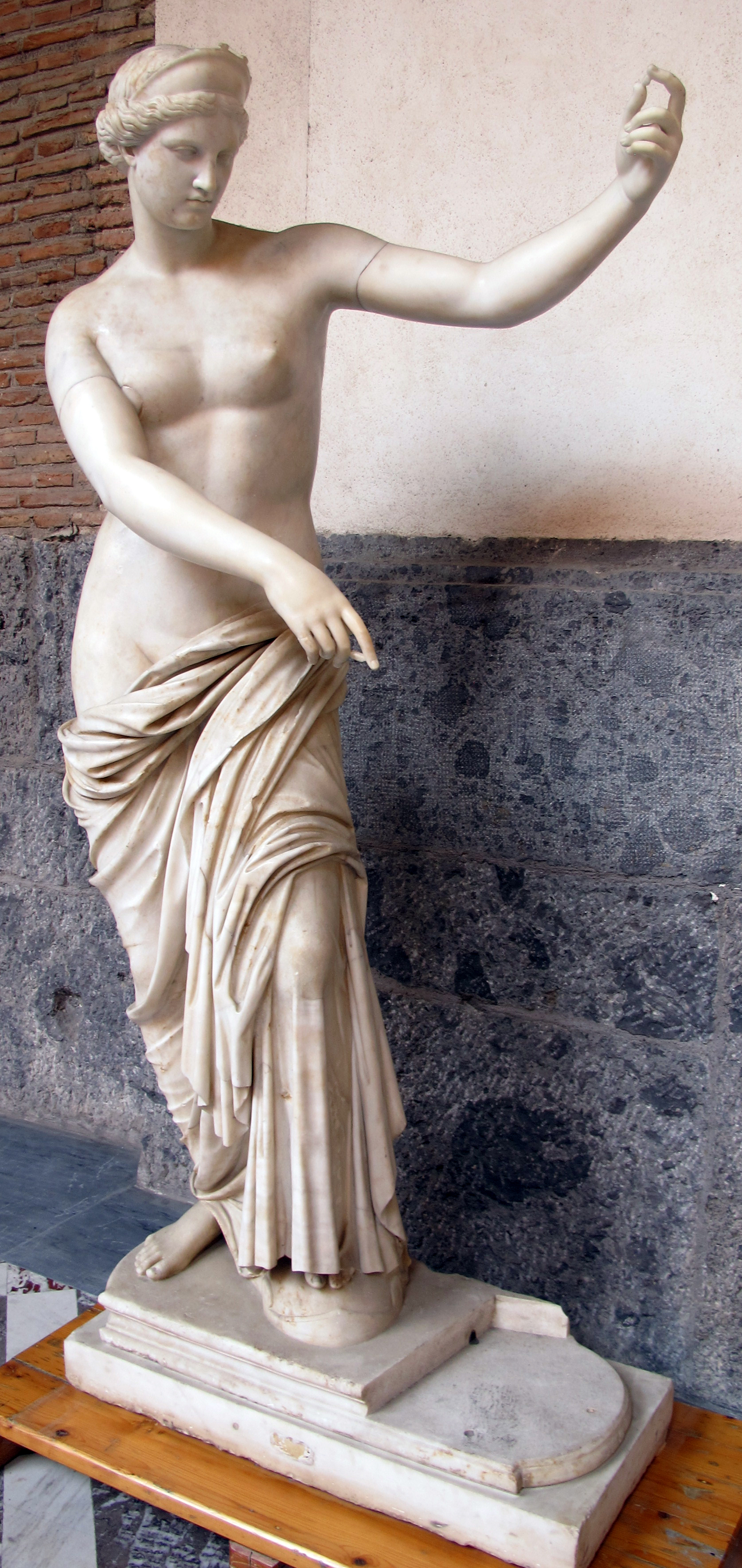 Afrodite_di_capua,_copia_romana_da_orig._greco_ellenistico_della_310-200_ac_ca.,_6017,_01.jpg