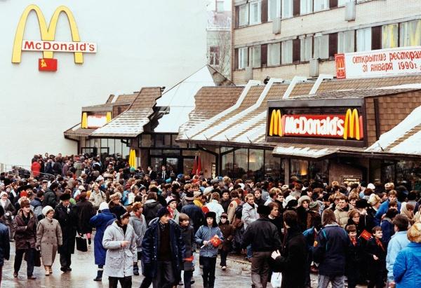 Открытие-первого-заведения-«Макдональдс»-в-Москве-1990