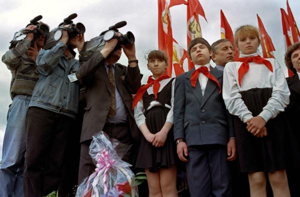 Пионеры-во-время-выступления-лидера-коммунистов-Геннадия-Зюганова-в-центре-Красноярска-1996-г