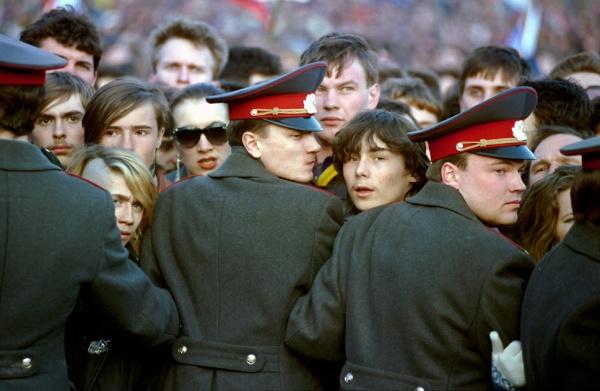 Толпа-молодежи-сдерживаемая-сотрудниками-милиции-во-время-рок-концерта-на-Красной-площади-1993-г